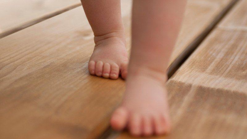 Laissez vos enfants évoluer et marcher pieds nus