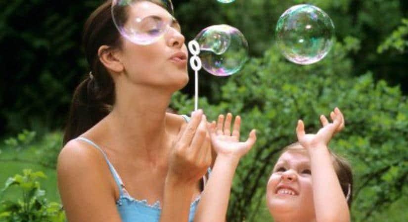 Présenter une activité Montessori à l'enfant