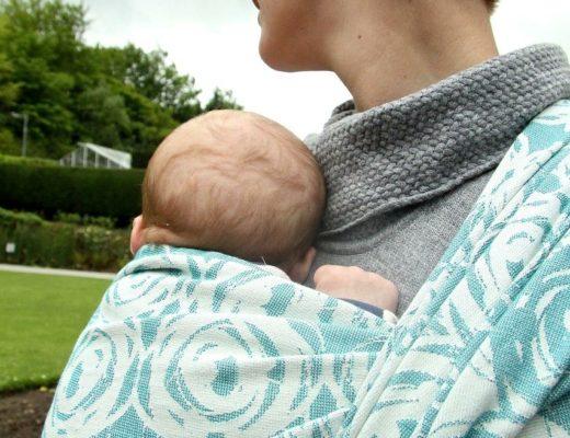 Mise au point sur la manière de porter un nouveau né et un bambin