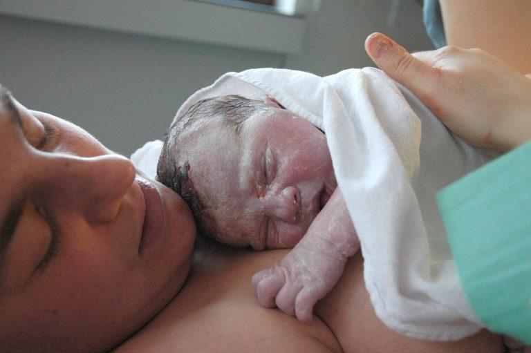 Etude : retarder le premier bain d'un nouveau-né est bénéfique à sa santé