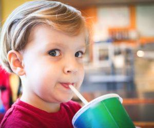 7 façons dont les boissons gazeuses affectent la santé des enfants