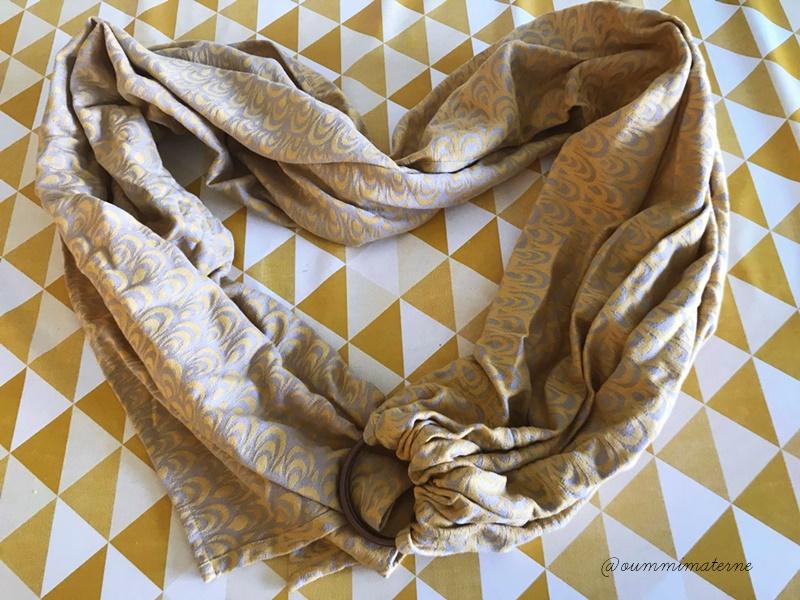 Le sling est une écharpe plus courte, mais surtout sans nœud. C est  d ailleurs ce qui lui vaut sa place de chouchou auprès des parents  débutants et des ... cd8d8cf7f65