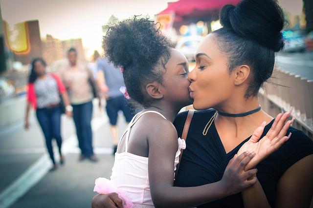 maman et sa fille dans les bras