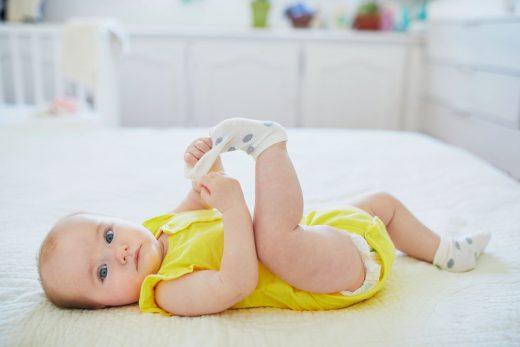 Adorable petite fille retire son pied de d'une chaussette
