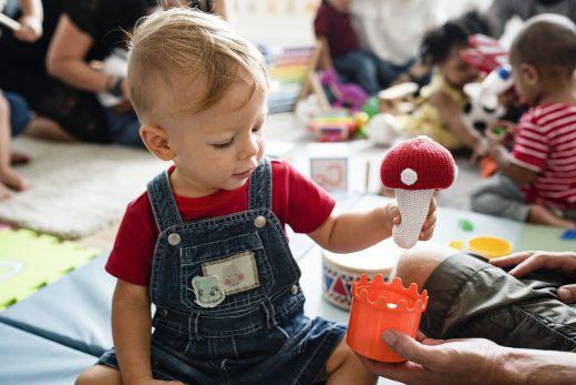 Mignon petit garçon jouant avec des jouets a la creche