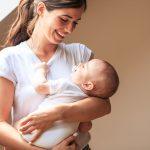 Mère étreignant et portant son petit garçon