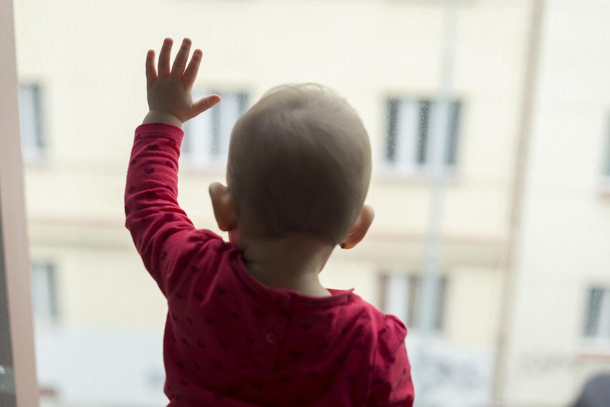 bébé qui dit au revoir par la fenetre