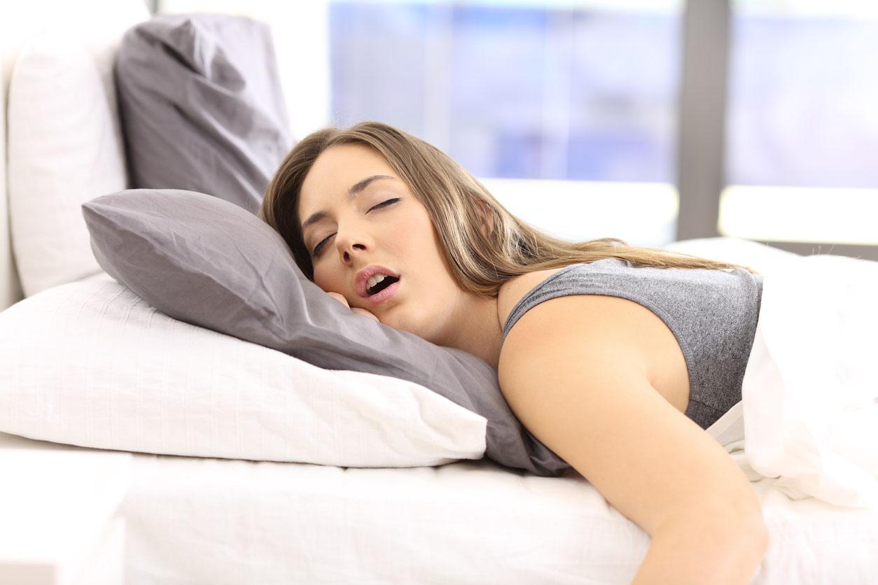 adolescente dort sur son lit
