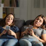 Amis s'ennuie avec leurs téléphones