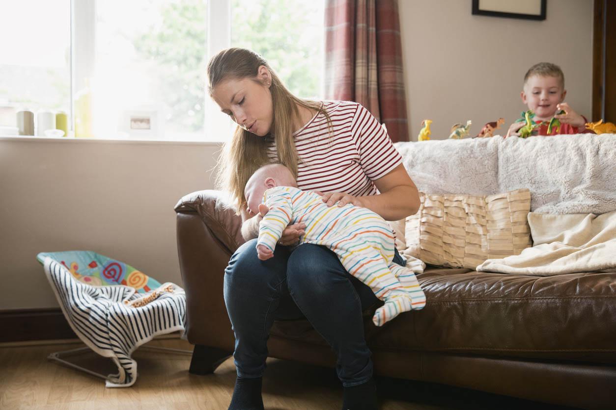 maman fait roter son bébé sur le ventre
