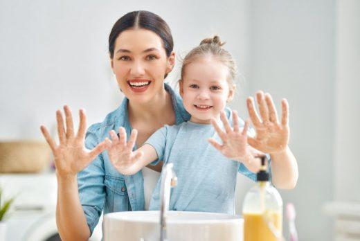 Bébé Se Lave Les Mains