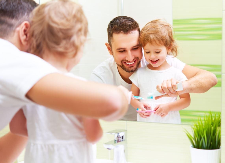 Enfant Apprend à Se Brosser Les Dents